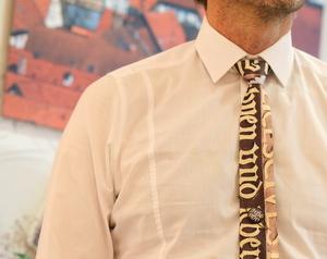Krawatte Inschrift Marktstr. 2